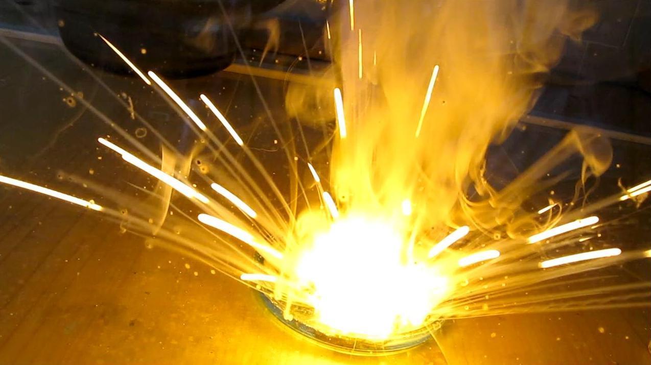 Реакция натрия с раствором медного купороса (сульфата меди)