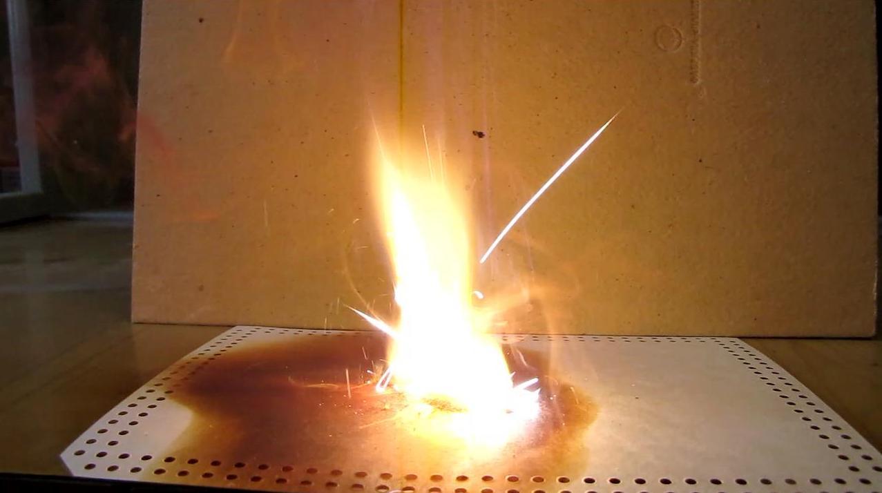 Огонь от капли воды (реакция магния с иодом)