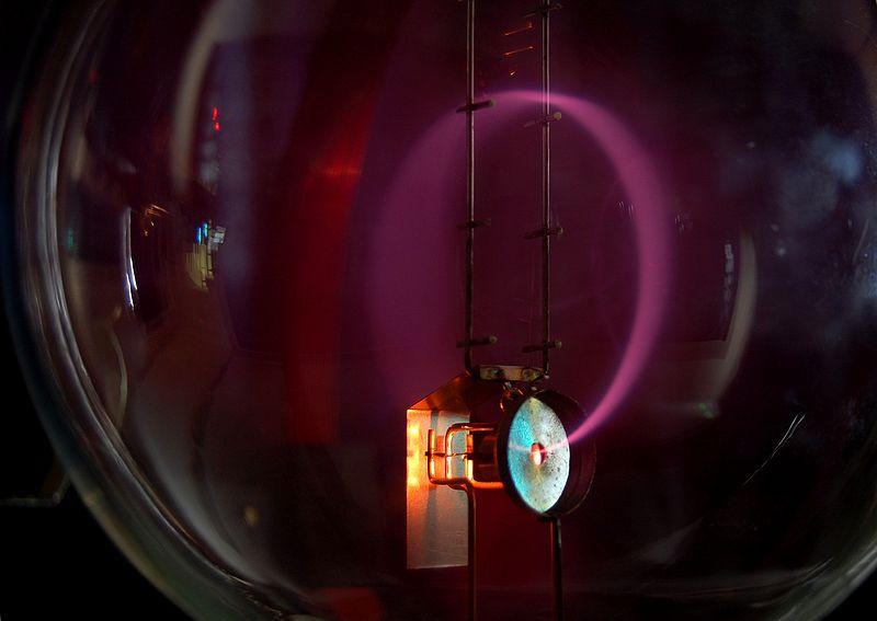 Пучок электронов, которые движутся по кругу в магнитном поле (циклотронное движение)