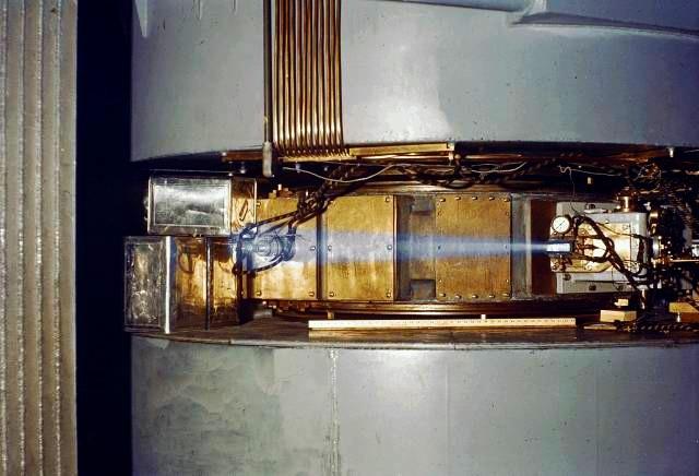 60-дюймовый циклотрон. Свечение вызвано пучком ускоренных ионов (вероятно, протонов или дейтронов)