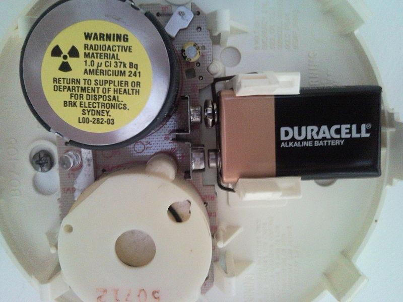 Внутреннее устройство детектора дыма, содержащего америций