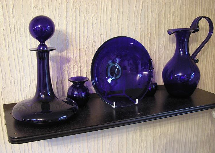 Посуда из стекла, окрашенного солями кобальта (кобальтовое стекло)