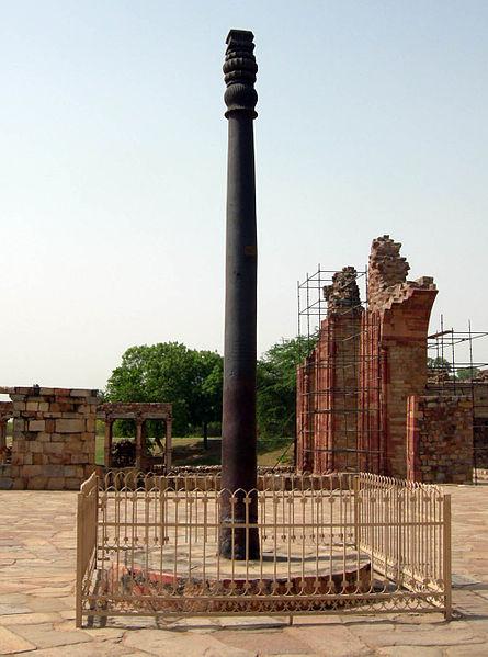 Железная колонна высотой семь метров и весом в шесть с половиной тонн, входящая в состав архитектурного ансамбля Кутб-Минара, расположенного примерно в 20 километрах южнее Старого Дели. Широкую известность колонна приобрела тем, что за 1600 лет своего существования практически избежала коррозии