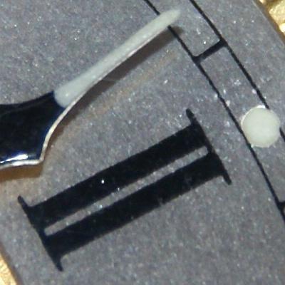 Белый люминофор, содержащий радий, обеспечивает подсветку циферблата и стрелок часов