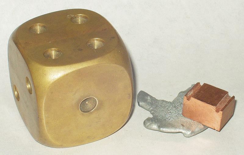 Латунь (слева) и металлы, входящие в ее состав - цинк и медь