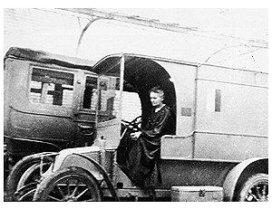 Мария Кюри в автомобиле с передвижной рентгеновской установкой (Первая мировая война)