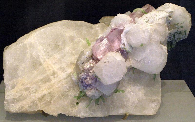 Поллуцит (поллукс) - алюмосиликат натрия и цезия (минерал)