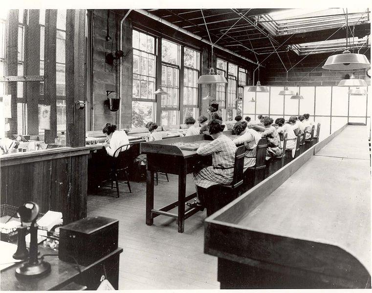 Radium Girls - работницы, которые наносят люминофор, содержащий радий