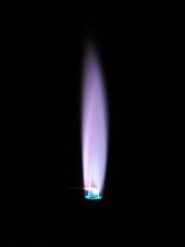 Соли рубидия окрашивают пламя в бледно-фиолетовый цвет