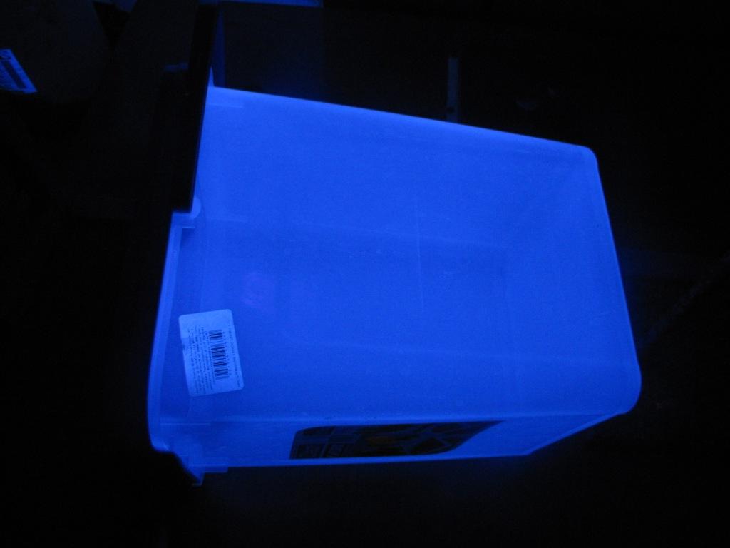 Пластмассовое ведро в обычном и в ультрафиолетовом свете