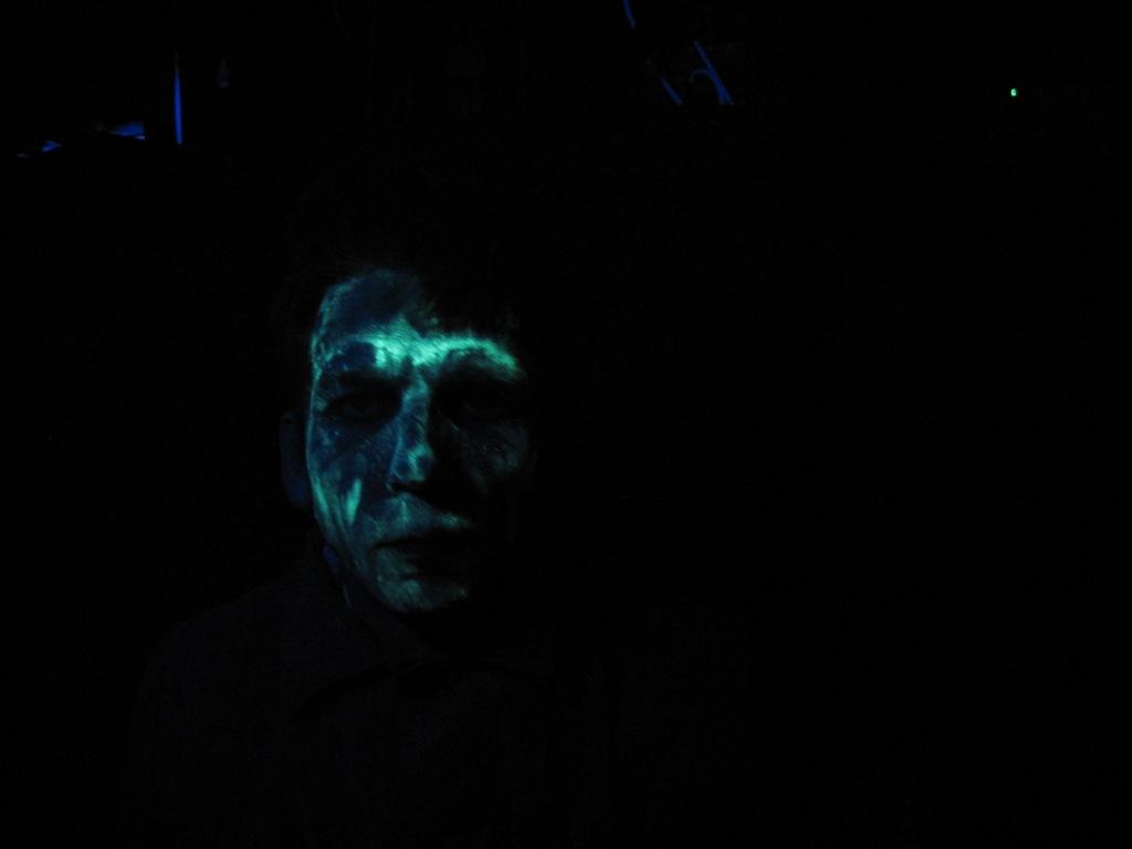 Люминофор, ультрафиолетовая лампа и лицо