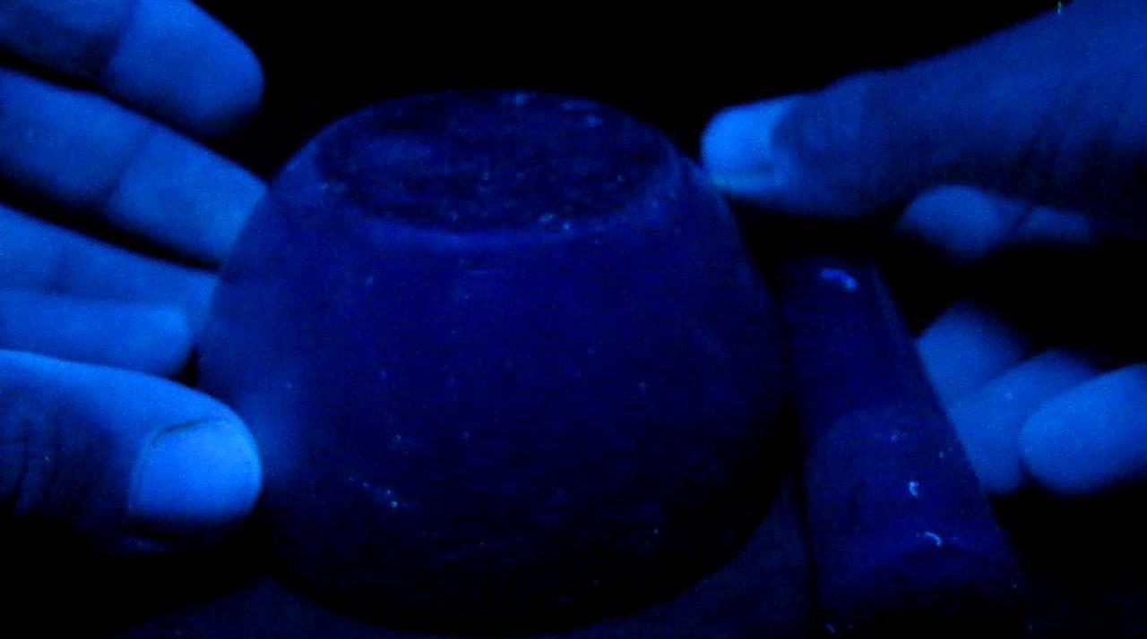 Фарфоровая ступка в ультрафиолетовом свете