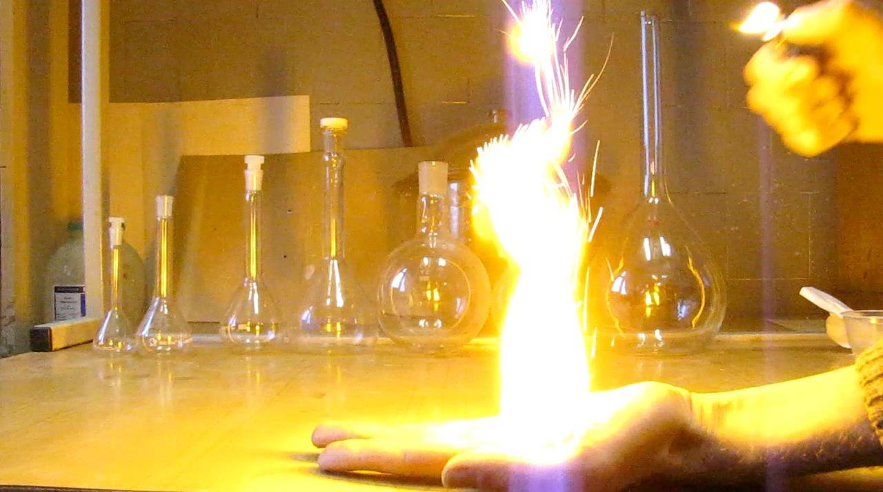 Огонь на ладони (горение нитроцеллюлозы)