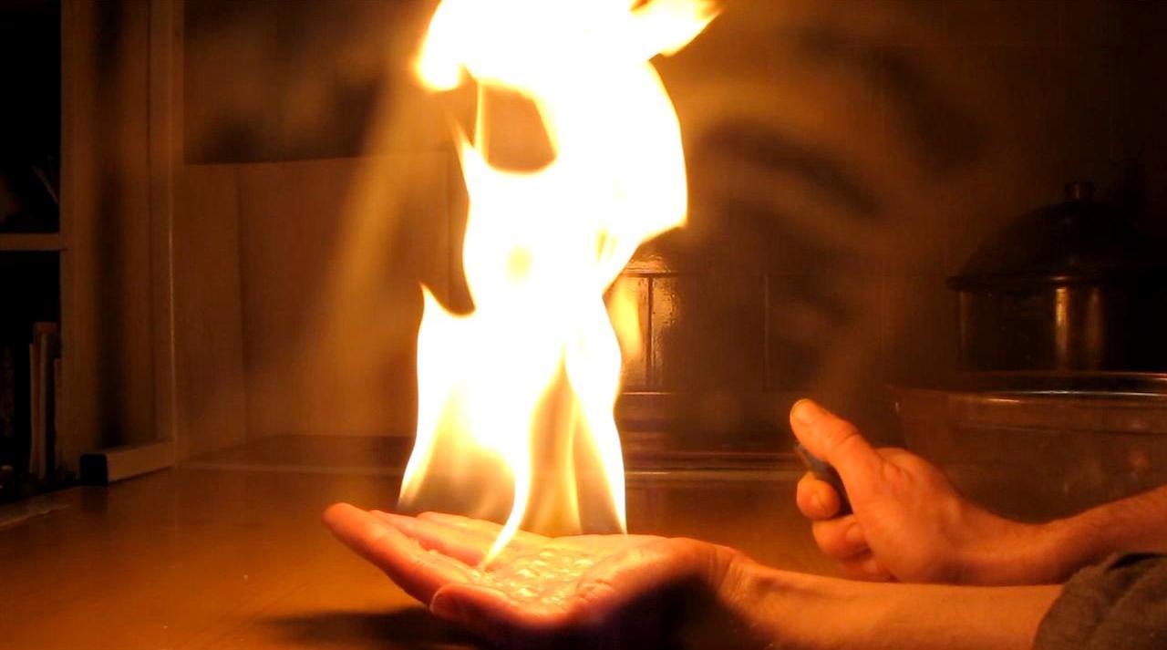 Огонь на ладони. Вспышка пены с пропан-бутановой смесью