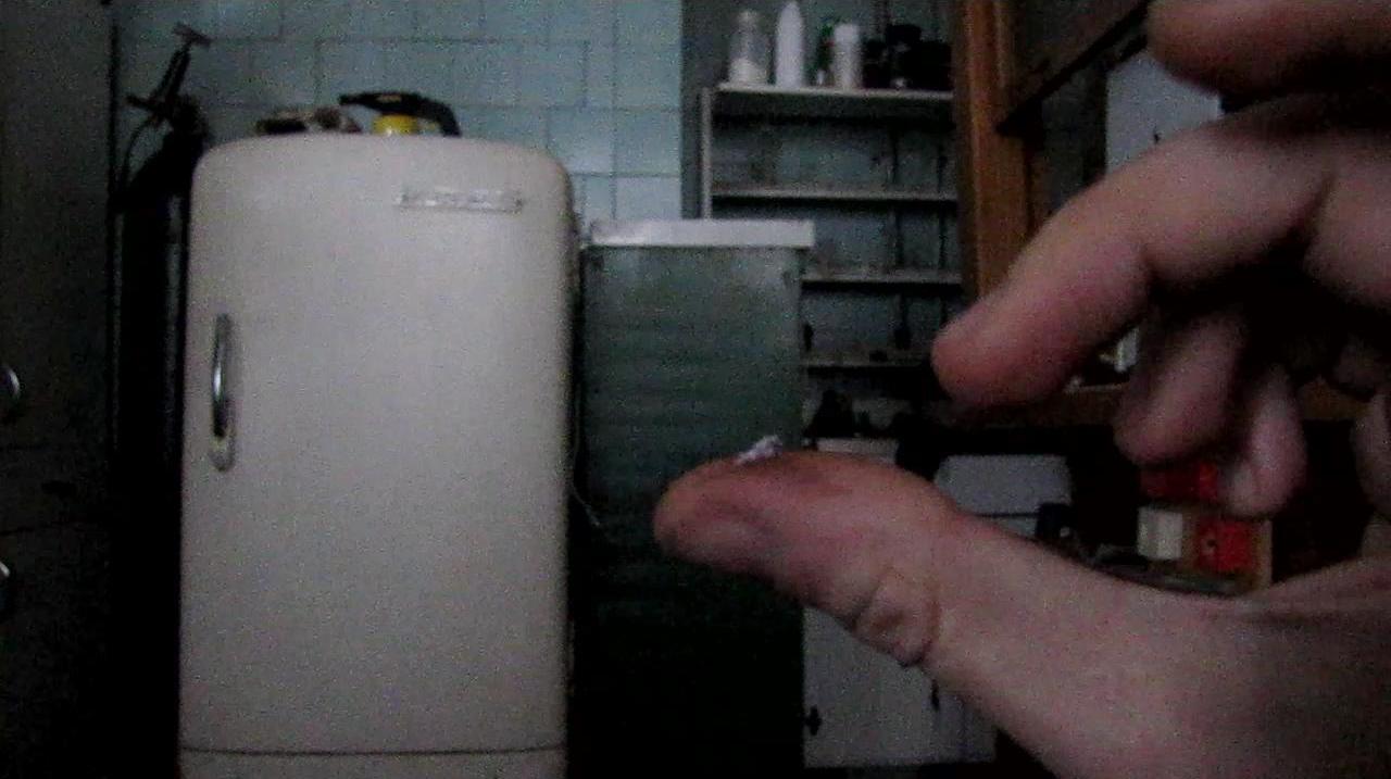 Взрыв смеси бертолетовой соли и красного фосфора от щелчка пальцев