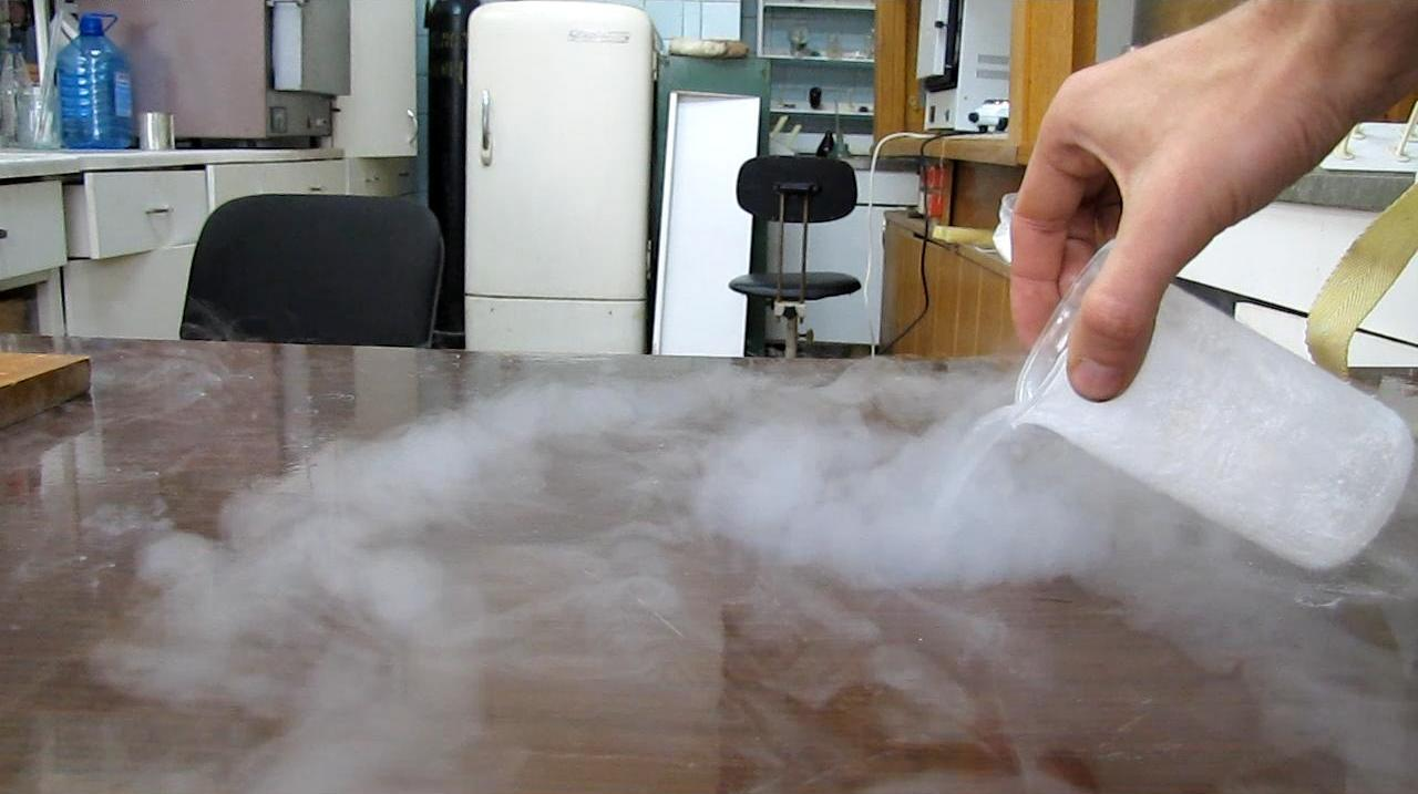Жидкий азот на поверхности стола