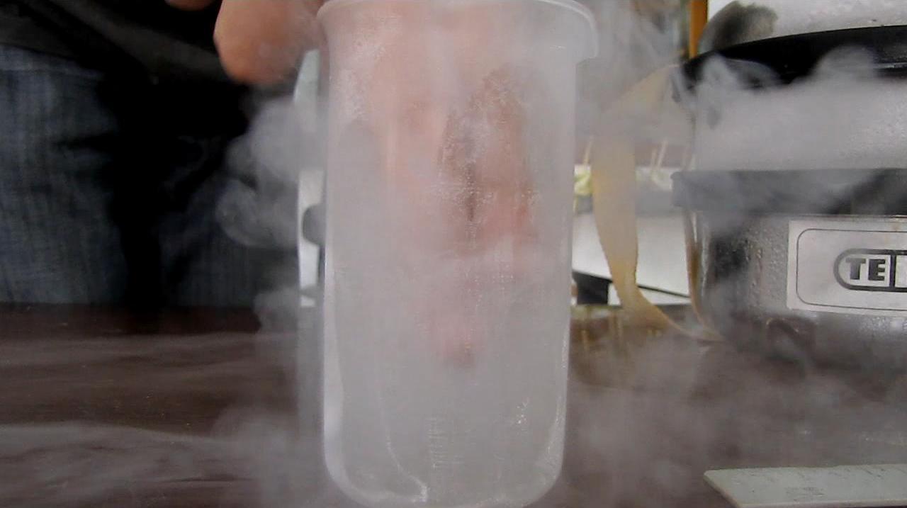 Рука в жидком азоте