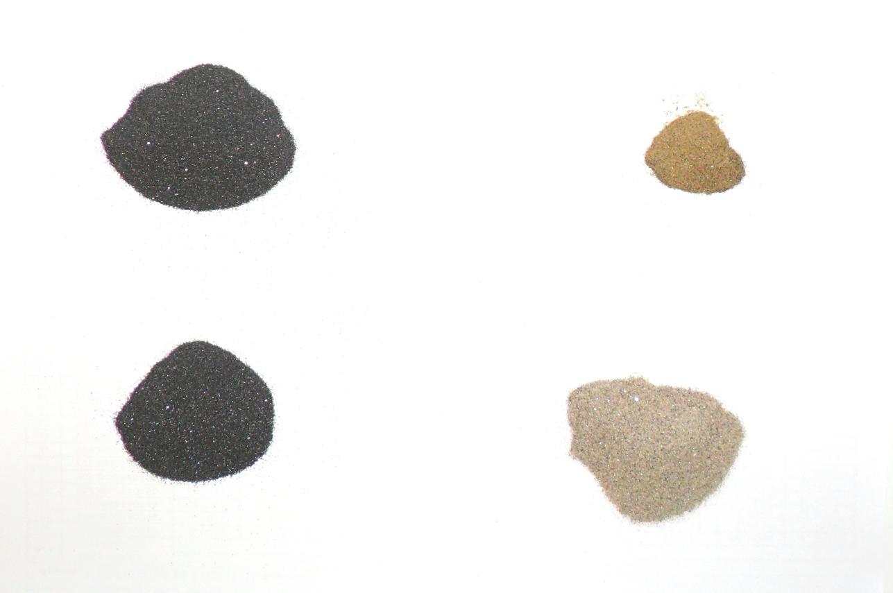 ''Черный песок'', прошедший ручную магнитную сепарацию. Слева: сильномагнитная фракция снизу и слабомагнитная сверху (содержат титан и железо); справа: монацит сверху и циркон снизу. Черные вкрапления - захваченные механически всеми фракциями окрашенные железом частицы рутила.
