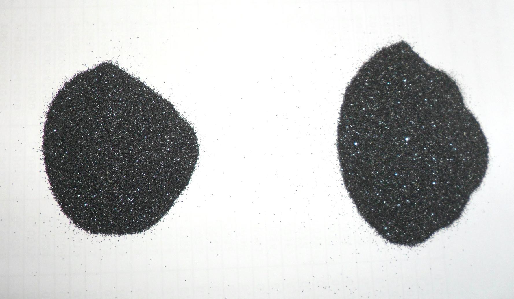''Черный песок'', прошедший ручную магнитную сепарацию. Сильномагнитная фракция слева и слабомагнитная справа (содержат титан и железо)