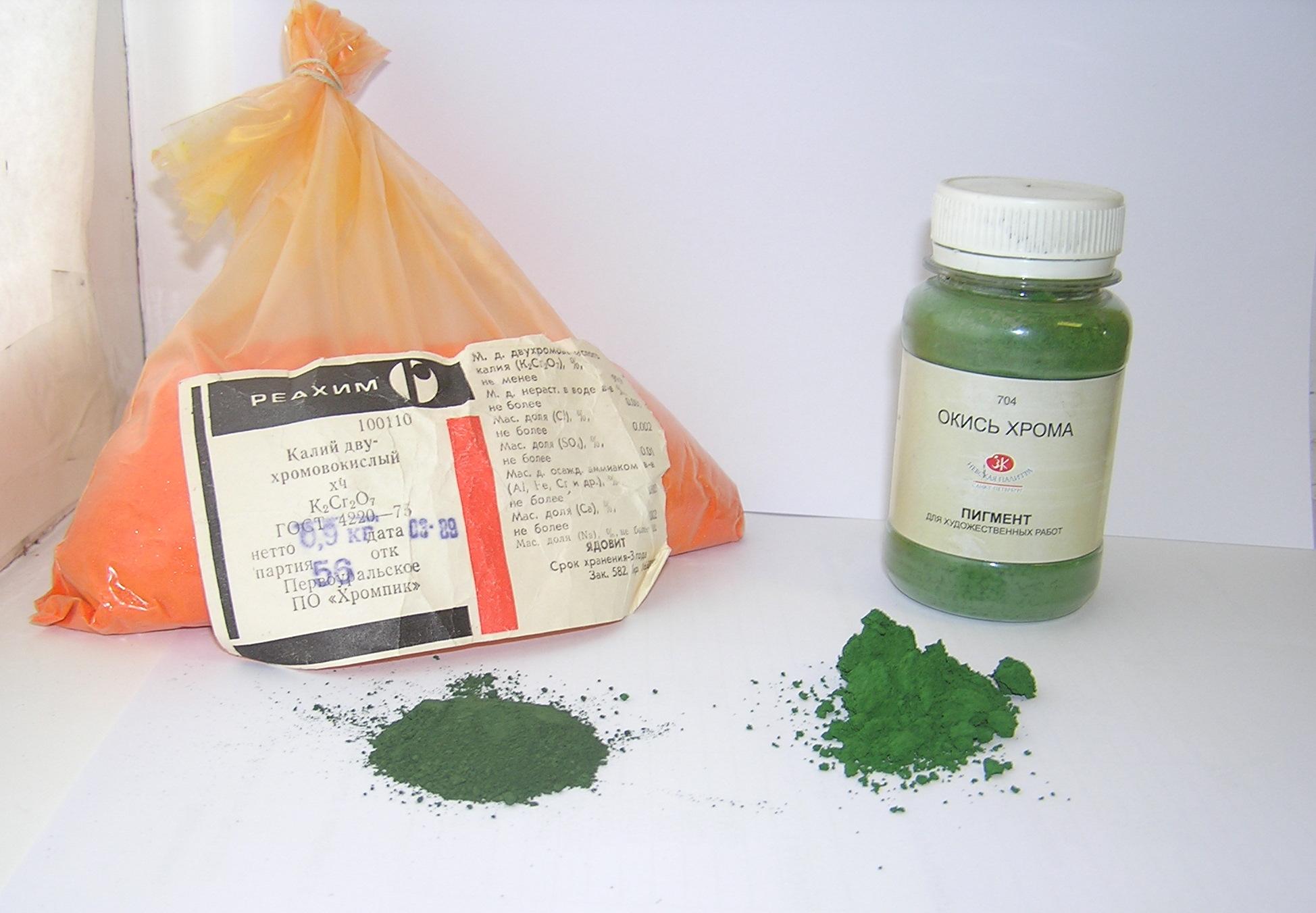 Слева - бихромат калия и полученный из него