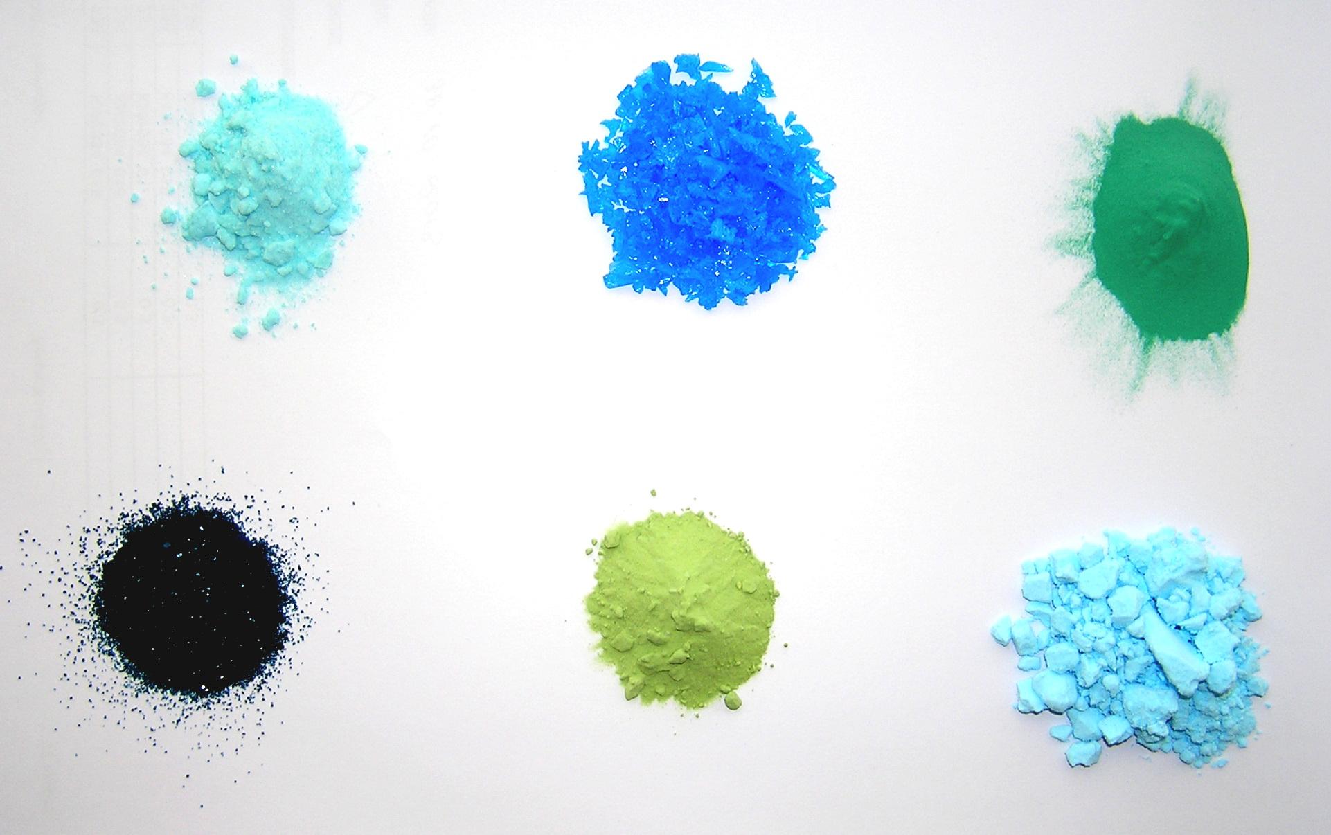 Разные цвета солей меди. Верхний ряд: тетрахлоркупрат аммония, сульфат меди пятиводный, медь углекислая основная; нижний ряд: медь уксуснокислая одноводная, оксихлорид меди, фосфат меди (II). Почти все эти соединения используются в качестве пигментов