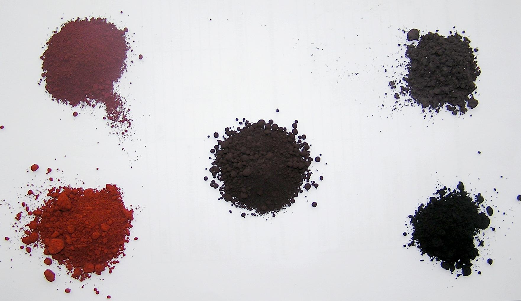 Слева снизу по часовой стрелке: пигмент английская красная (Fe2O3); оксид железа (III), полученный из гидроокиси прокаливанием при 550°C; оксид железа (III), прокаленный при 800°С; пигмент черный железоокисный (Fe3O4); в центре - гидроокись железа Fe2O3·nH2O