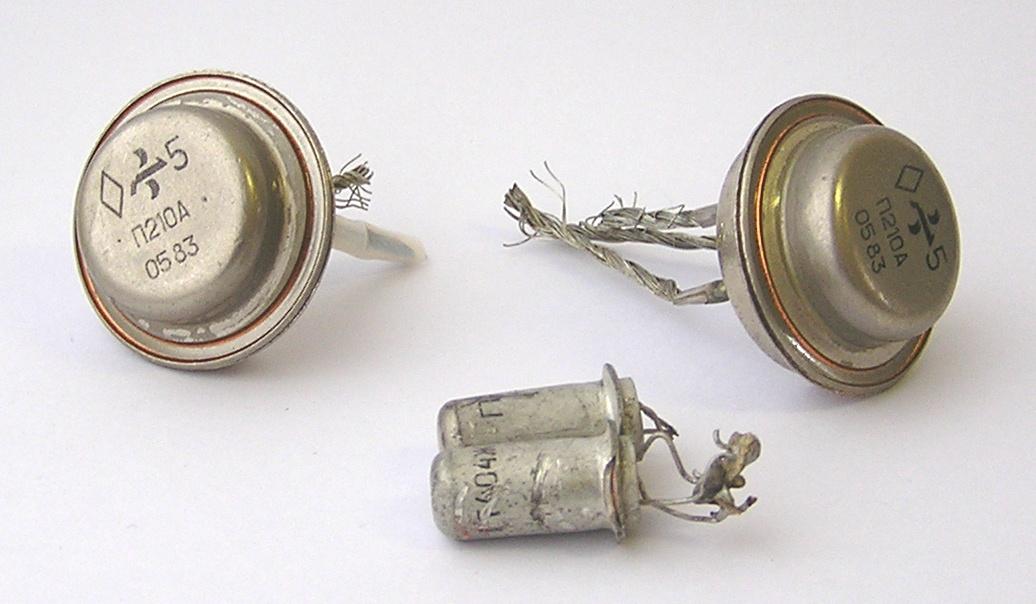 Кристаллы в транзисторах ГТ404 и П210 сделаны из германия, корпуса - из меди, покрытие корпусов и подложка-крепление кристалла - никель.