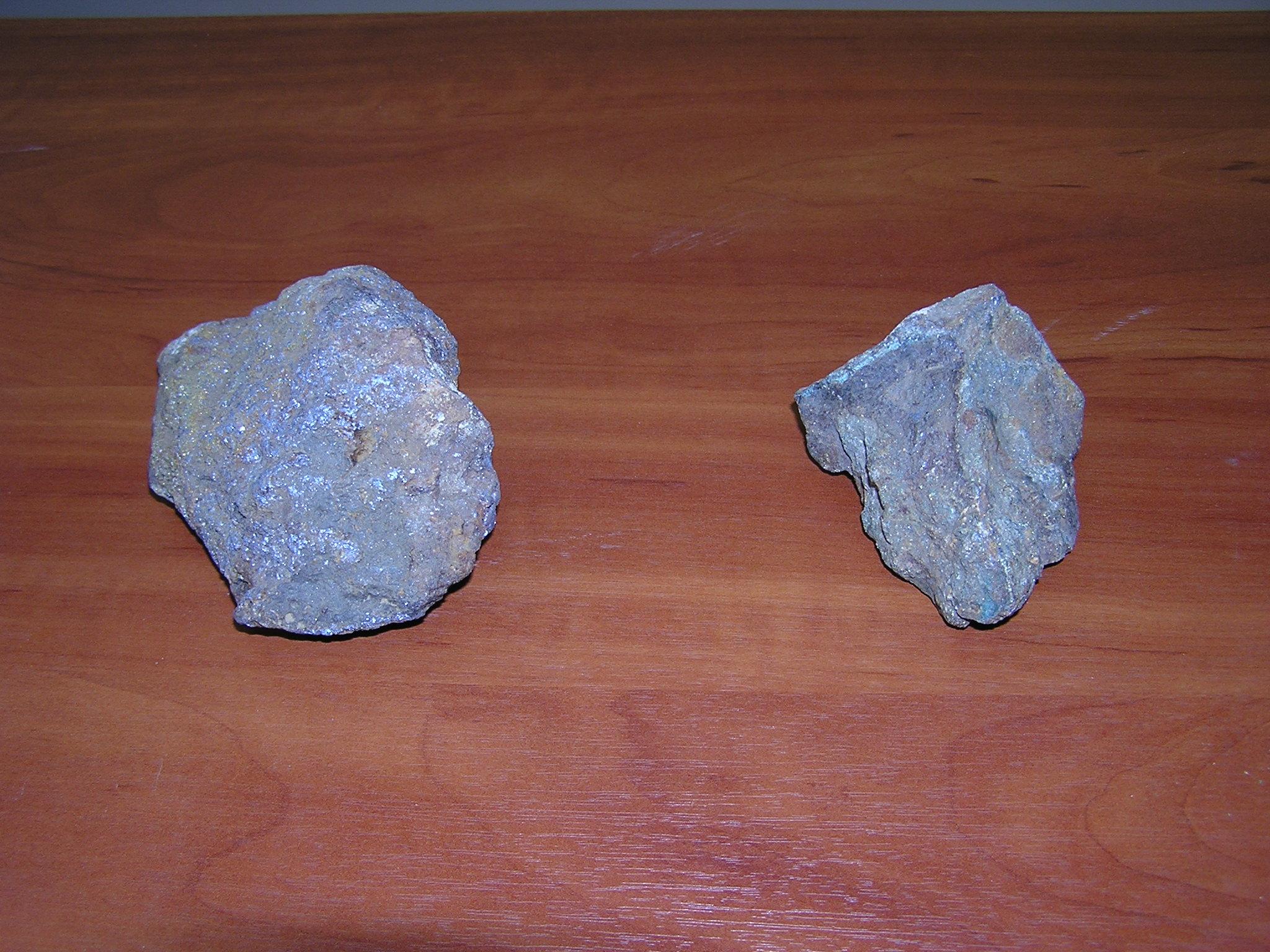 Слева - молибденит MoS2, справа - халькопирит CuFeS2. В бумажных пакетах - эти же минералы, но истертые.