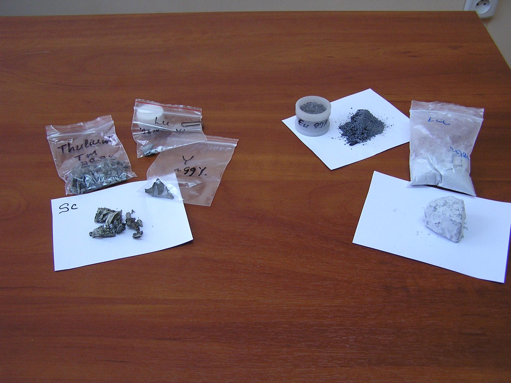 Скандий, иттрий, тулий, лютеций, европий  и лантан (справа снизу, металл сильно пострадал от коррозии; сами продукты коррозии - в пакетике чуть выше)