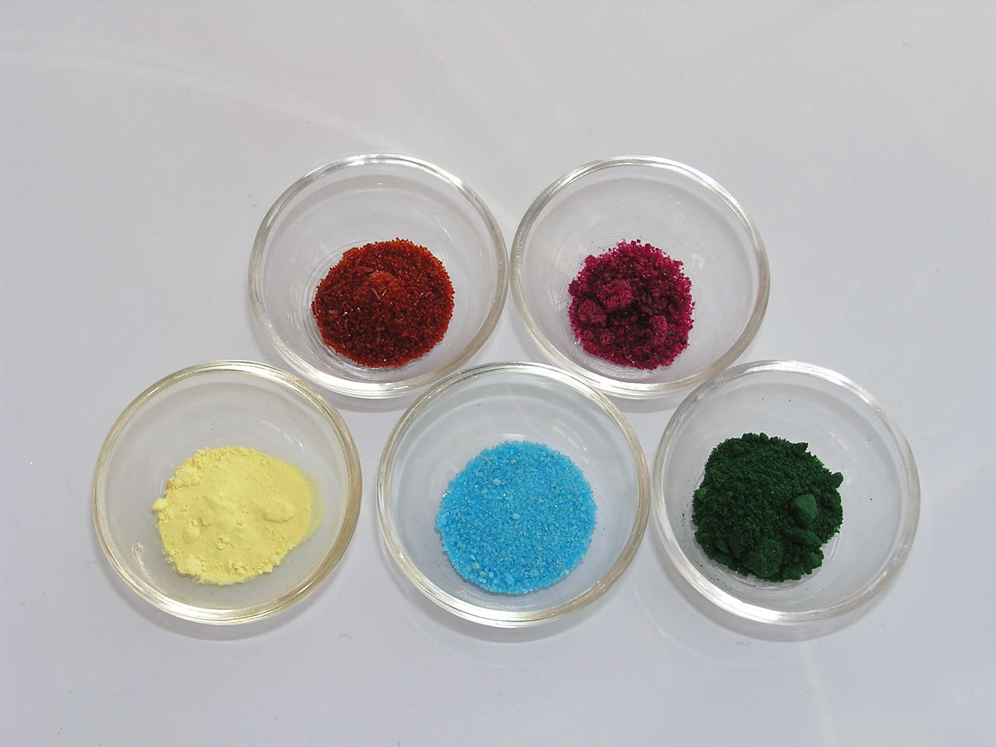 Верхний ряд (слева на право): нитропруссид натрия, хлорид кобальта; нижний ряд: сера, сульфат меди, хлорид хрома (III)