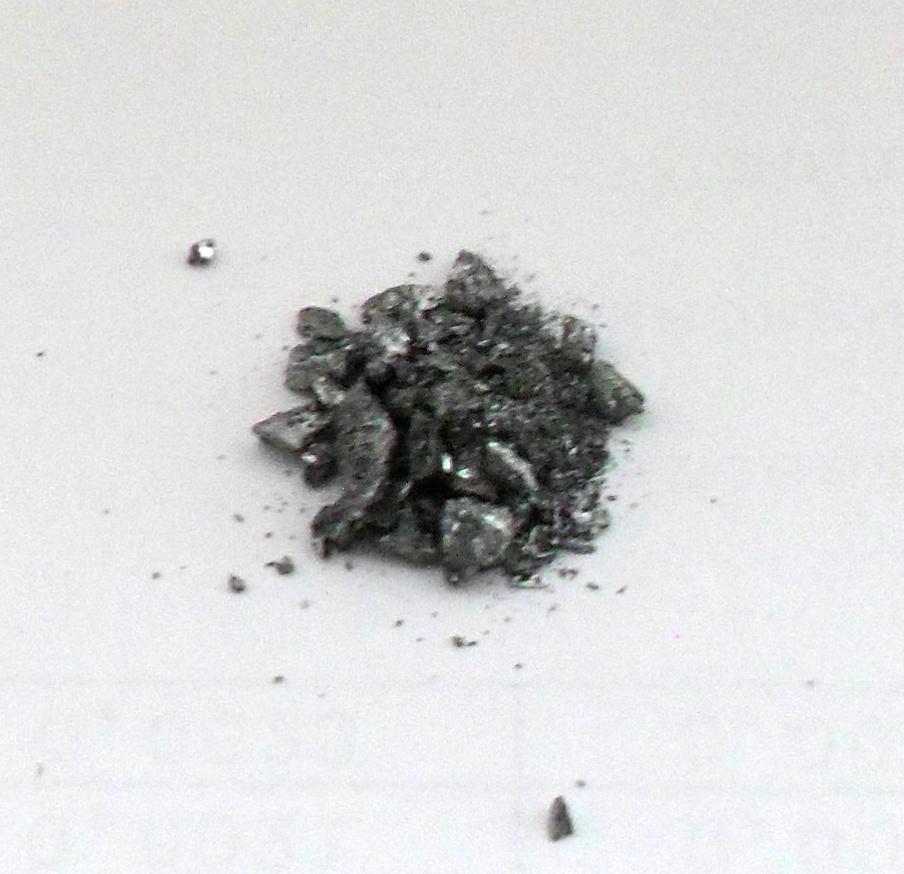 Кристаллическая масса селенида сурьмы (III), синтезированного в пробирке из элементов.