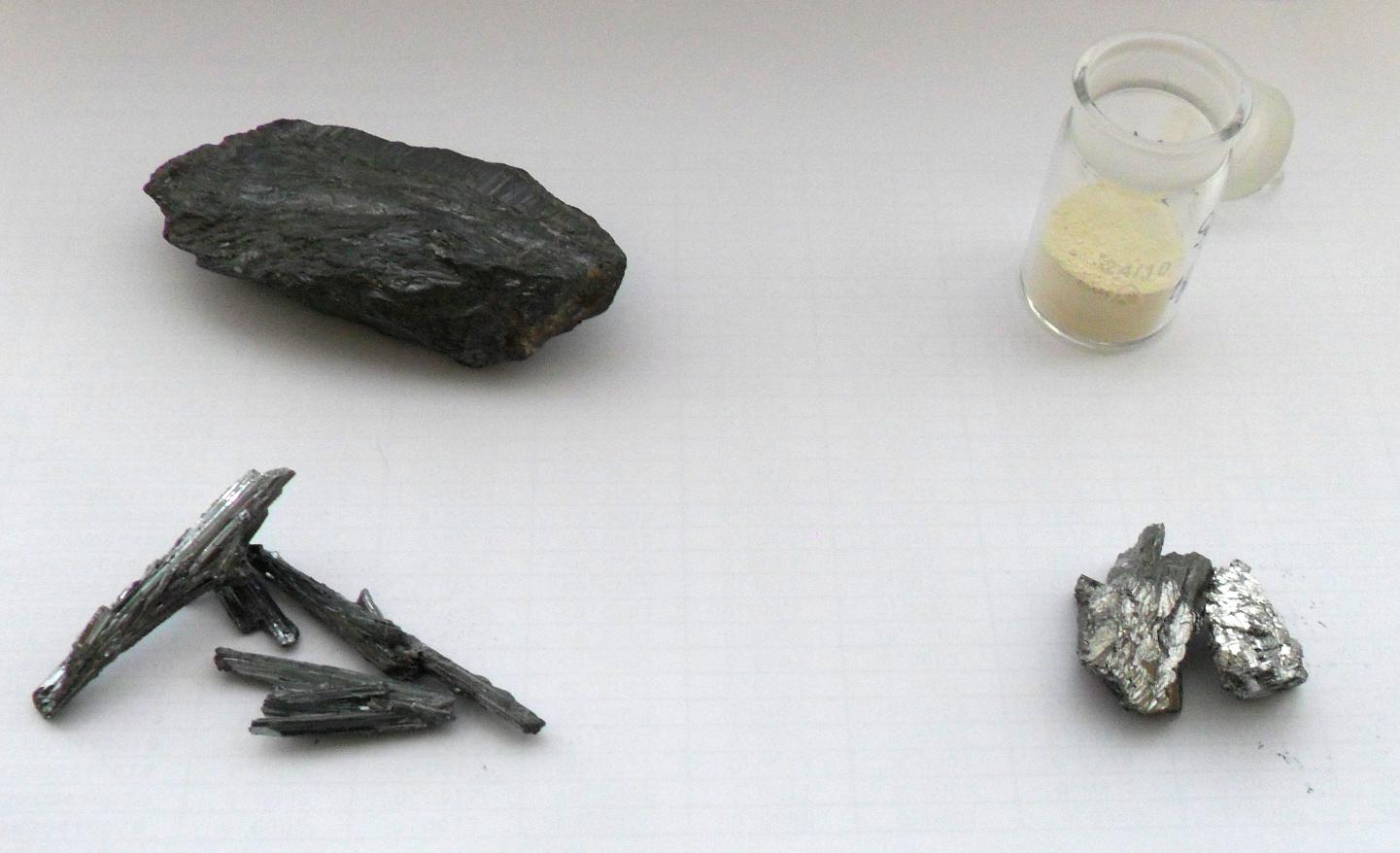 По часовой стрелке с нижнего левого угла: хорошо образованные кристаллы сурьмяного блеска (сульфида сурьмы) - основной руды, из которой добывают сурьму; обычный кусок сурьмяной руды; оксид сурьмы (V) четырехводный, синтезированный окислением азотной кислотой; металлическая сурьма.