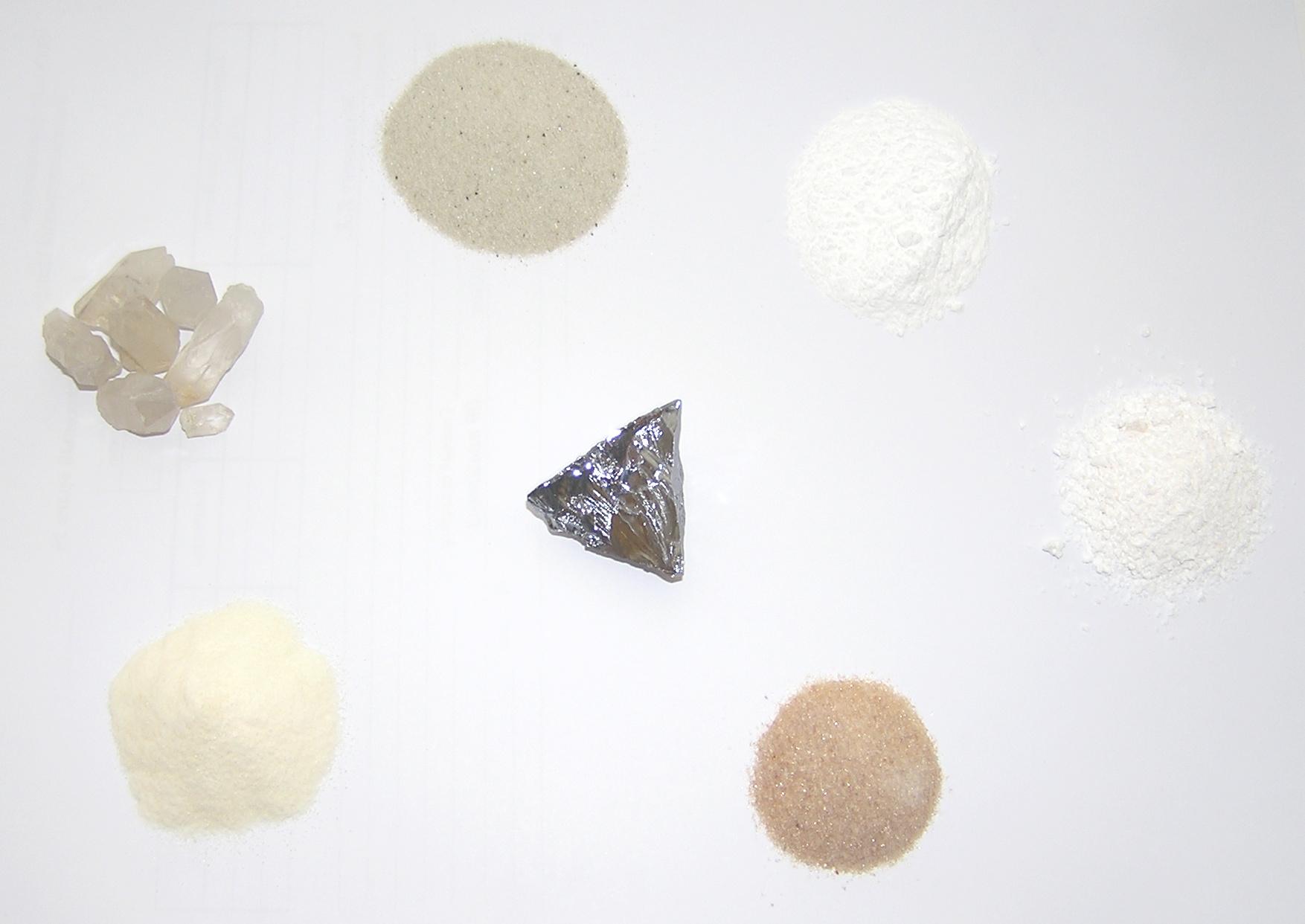 По часовой стрелке с левого нижнего угла: кремнекислота из жидкого стекла, кристаллы кварца, кварцевый песок, кварцит истертый и очищенный, оксид кремния (IV) по ГОСТ 9428-73, силикагель