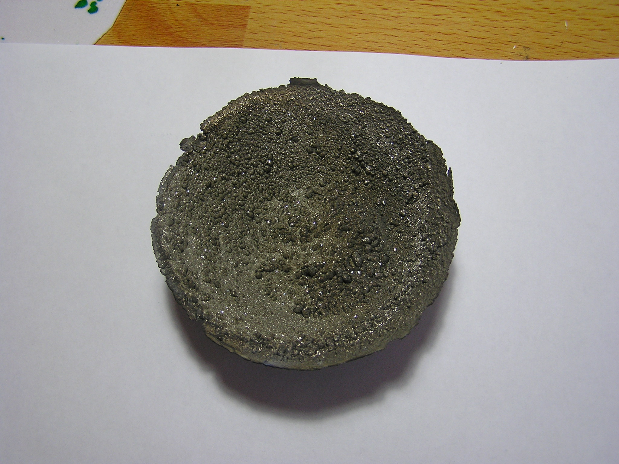Кристаллы скандия, наросшие внутри чашки во время перегонки и принявшие ее форму (остаток от перегонки)