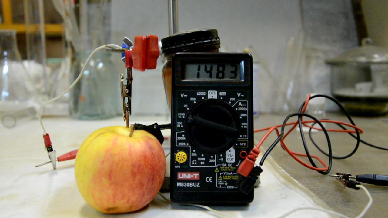 Фруктовая батарейка (из яблок) и часы