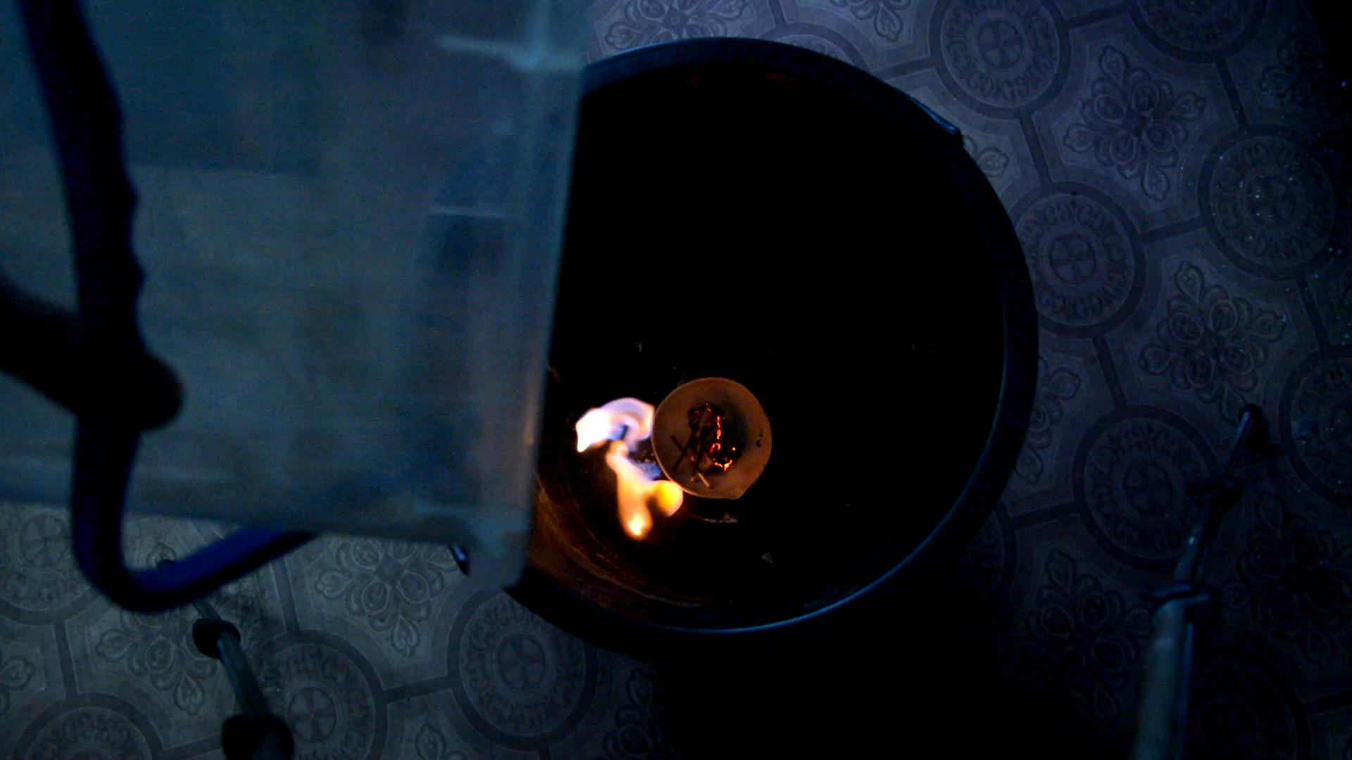 Переливание углекислого газа (углекислый газ гасит легковоспламеняющуюся жидкость)