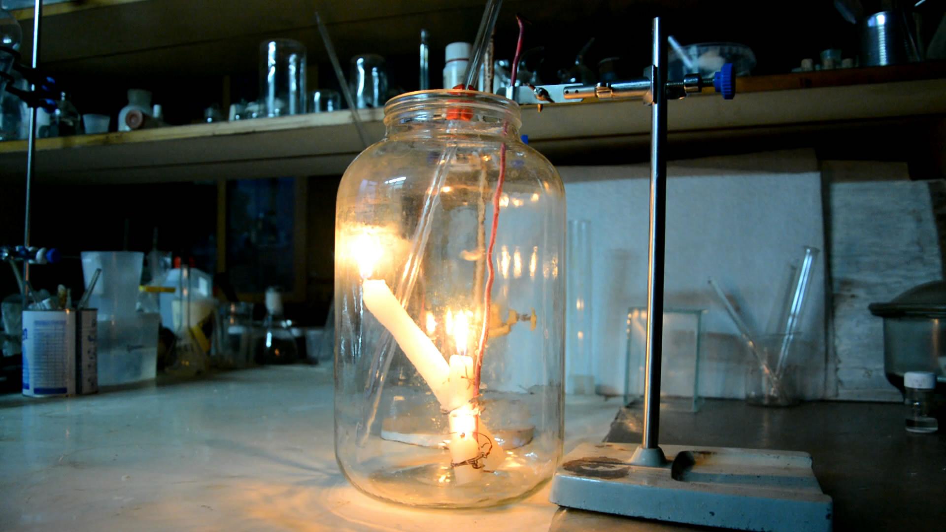 Углекислый газ гасит свечи (углекислый газ поднимается по ступенькам)