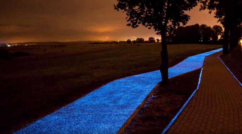 Велосипедная дорожка светится в темноте. Solar-charged bike path glows in the dark