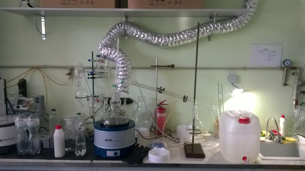 Перегонка этилового спирта в химической лаборатории. Distillation of ethyl alcohol in chemical laboratory