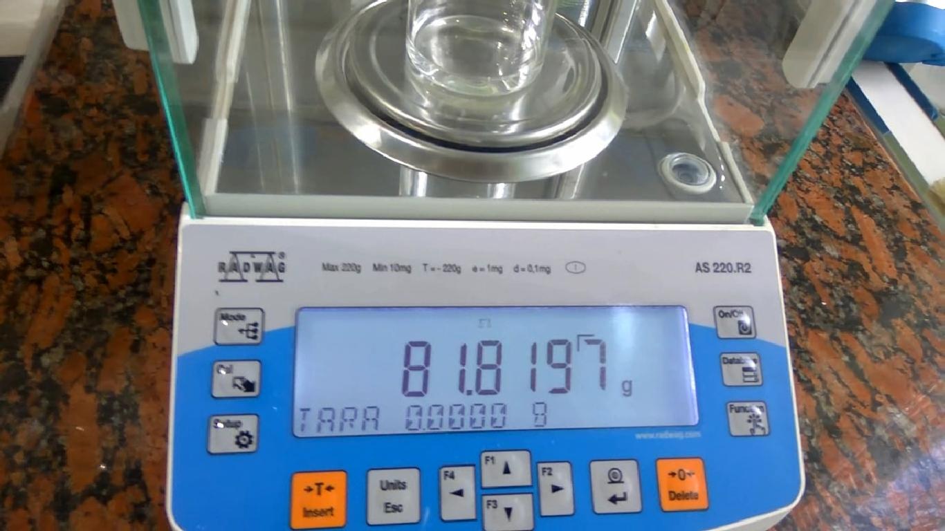 Вода и аналитические весы (взвешивание воды). Water and analytical balance (weighing of water)