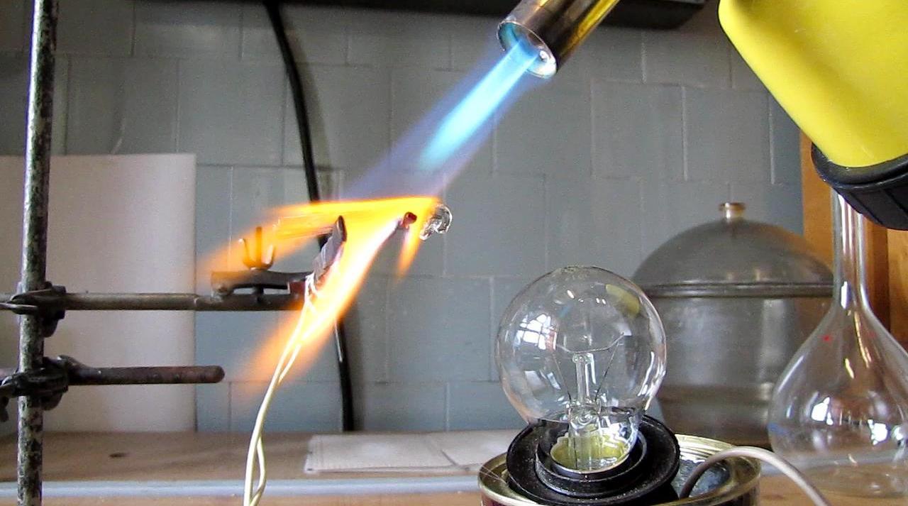 Зажгите лампу спичкой (электропроводность стекла)