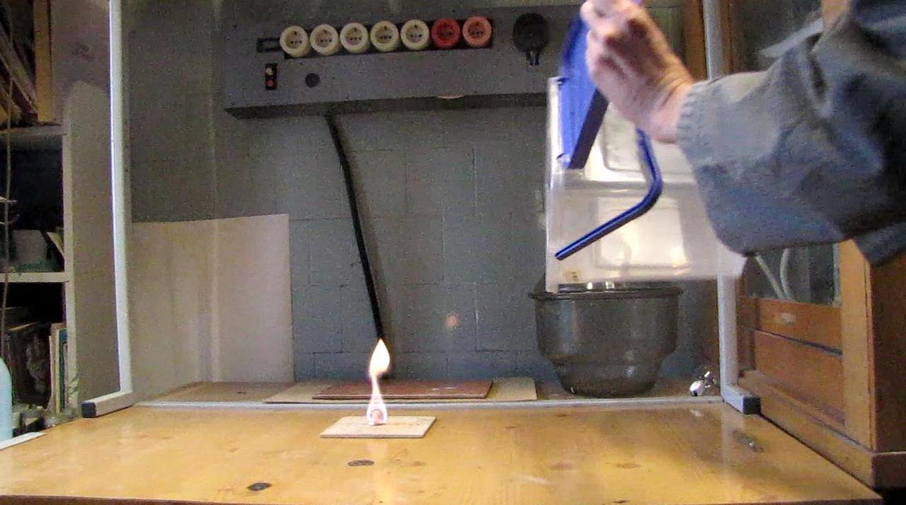 Пропан-бутановая смесь растекается по поверхности