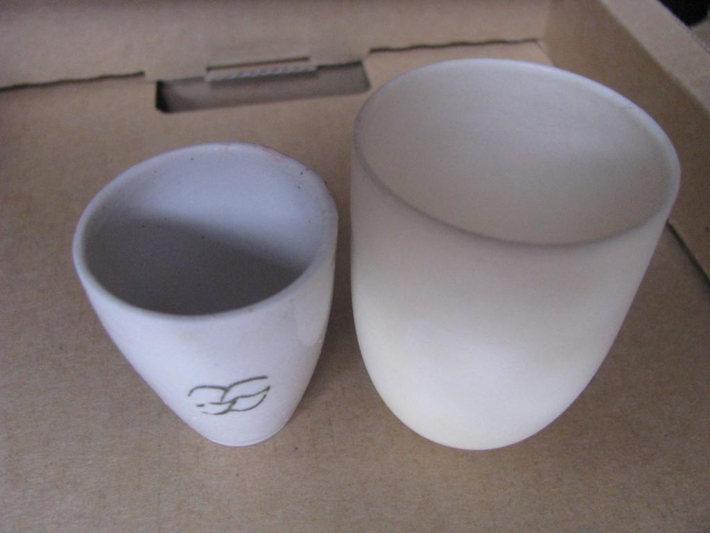 Фарфоровый (слева) и алундовый (справа) тигли