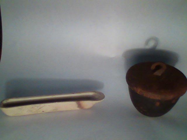 Фарфоровая лодочка и железный тигель с крышкой