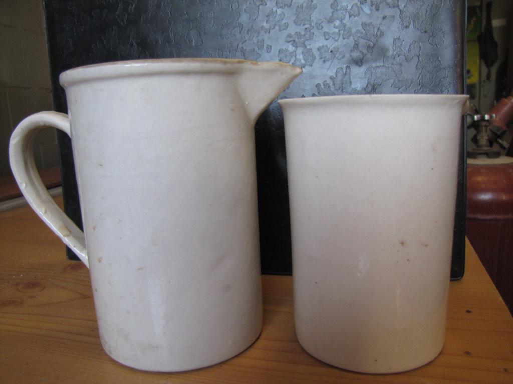 Фарфоровая кружка и фарфоровый стакан