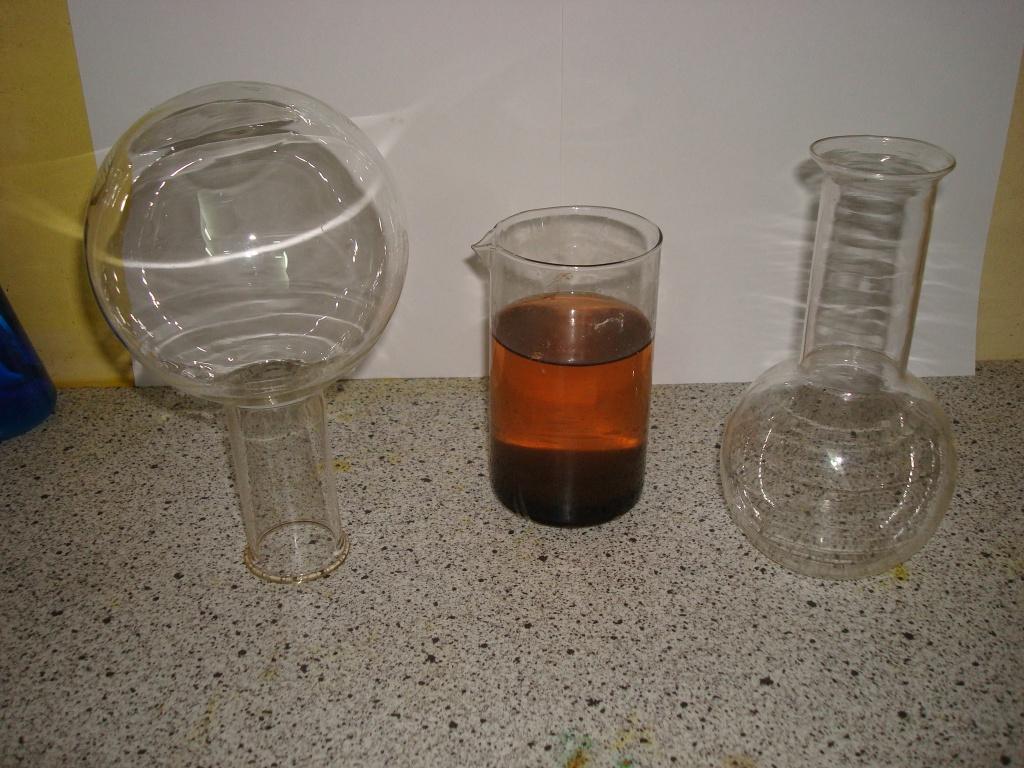 Колба и химический стакан
