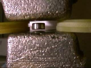 Левитация магнита между двумя блоками из висмута