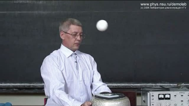 Левитация теннисного  мячика в струе воздуха