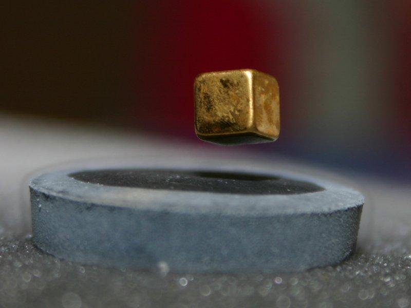 ''Магометов гроб'': магнит левитирует над охлаждённым жидким азотом сверхпроводником