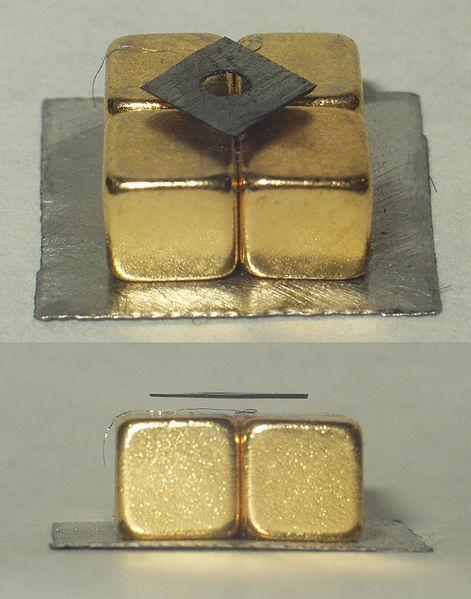 Левитация пиролитического графита над магнитом